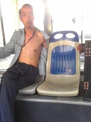バスの中で女性のを見ながらオナニーしてるおっさんの顔マジヤバ!